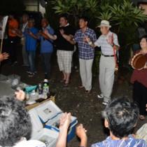 老若男女が歌い踊り、熱気にあふれた佐仁1区の八月踊り=6日、奄美市笠利町