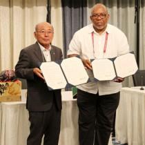 東京五輪・パラリンピック大会のホストタウン事業に関わる覚書を調印した森田町長(左)とセントクリストファー・ネービス五輪委員会のレスター・ヘンリー氏(提供写真)