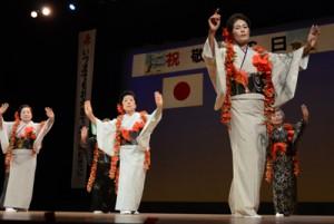 日舞で舞台に花を添えた伊津部虹の会=16日、奄美市名瀬