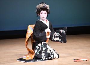 華やかな女形の舞踊を披露した「鐘ヶ岬」=8日、徳之島町文化会館