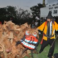 会場を大いに盛り上げた演目「獅子舞い」=13日、与論町の地主神社