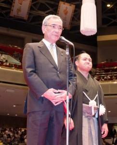 断髪式に先立ち、来場者に謝辞を述べる奄美大島後援会会長の朝山毅奄美市長