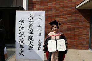 博士号を取得した富澤さん=17日、名古屋学院大学