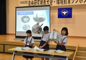 町内の海岸で拾ったごみから環境問題について訴えた児童=14日、龍郷町りゅうがく館