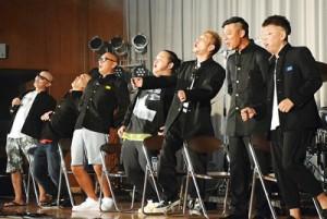寸劇の披露もあった大島工業高校の復活祭=22日、奄美市名瀬