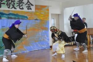 畦布で地元住民によって約60年ぶりに上演された組踊「高平良御鎖」=15日、和泊町