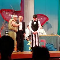 劇団「タッタタ探検組合」による与論島公演=14日、同町の砂美地来館