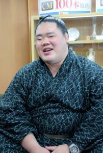 「島の子どもたちには相撲を楽しんでほしい」と話す明生関=25日、瀬戸内町役場