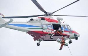 防災ヘリと連携した救助=26日、徳之島町亀津
