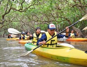 カヌーで奄美の豊かな自然を楽しんだ生徒たち=25日、奄美市住用町