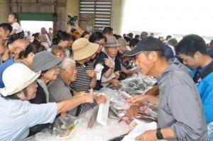 大勢の買い物客でにぎわった海人まつり=27日、和泊町