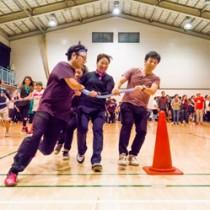 体育館に大きな声援が響いた4人1組のタイフーンリレー=14日、東京北区の東十条小学校体育館