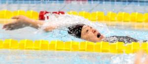 女子50歳以上25メートル背泳ぎで優勝した大島の森下=13日、鹿児島市の鴨池公園プール