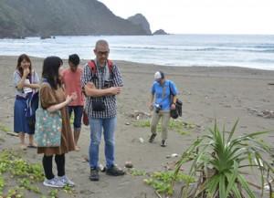 嘉徳海岸を視察するツアー参加者=21日、瀬戸内町