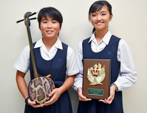 スキット部門で最優秀賞を受賞した(左から)要田ののかさん、悠那さんの姉妹=30日、奄美市名瀬の大島高校
