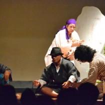 ダンスや演技で観客を魅了した、与論島音楽ダンス劇団「野生の島人」の初公演=11日、与論町