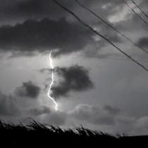 沖永良部島で17日未明から明け方にかけて繰り返し発生した雷=和泊町手々知名