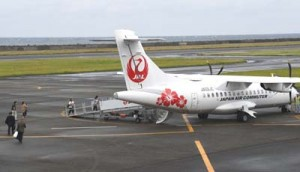 27日から復活した奄美大島への午前便に乗り込む搭乗者ら=天城町の徳之島空港