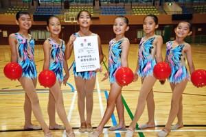 女子の小学団体で準優勝した大島新体操クラブの選手たち