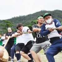 2年ぶりの開催に盛り上がる龍郷町民体育大会=20日、龍郷町中央グラウンド