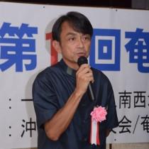 奄美市で開かれた奄美・沖縄交流事業で、沖縄県での取り組みを紹介する青木紀将社長=3日、奄美市名瀬