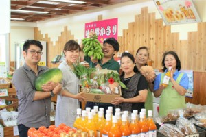 「島野菜セット」の販売開始をPRする関係者(㈱しーま提供)