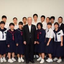 米国での活動を奄美市長に報告した生徒ら=31日、奄美市名瀬