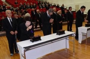 焼香して戦争犠牲者を追悼する参列者=16日、奄美市笠利町