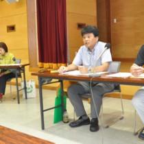 捕獲ネコの譲渡実施要領改定について説明する奄美大島ねこ対策協議会の関係者=23日、奄美市名瀬