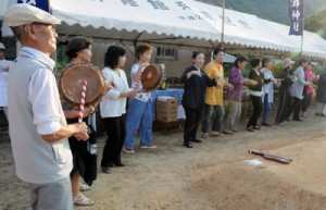 久しぶりに集落本来の八月踊りで締めくくった実久三次郎神社大祭=7日、瀬戸内町実久