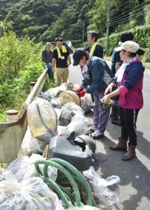 マングローブ林周辺のごみを回収した観光地クリーンキャンペーン=25日、奄美市住用町