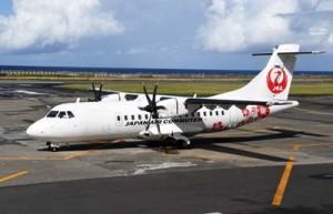 復活する徳之島発奄美行きの午前便で使用される機材と同型のATR42機=23日、天城町の徳之島空港