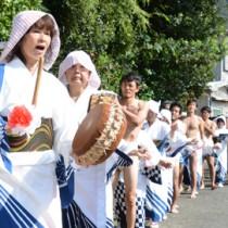 豊年祭の「中入り」で集落を練り歩く女性ら=6日、大和村湯湾釜