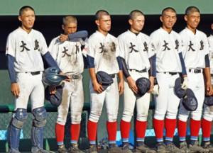 4強入りを逃し、悔しい表情を見せる大島の選手たち=5日、鹿児島市の平和リース球場