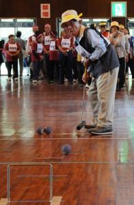 奄美大島内8地区が競った北大島ブロックシルバースポーツ大会=24日、瀬戸内町清水公園総合体育館