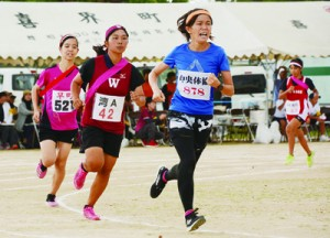 女子800メートルのラスト1周で競り合う選手たち=13日、喜界町総合グラウンド