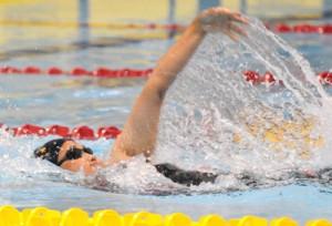 女子40歳以上50メートル背泳ぎを大会新で優勝した大島の西小野=13日、鹿児島市の鴨池公園プール