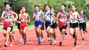 スタートする女子1区の選手たち=3日、奄美市笠利町の太陽が丘総合運動公園陸上競技場