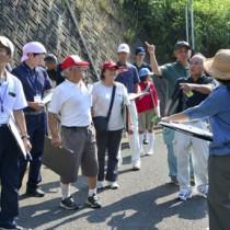 集落点検で地域の課題や魅力を再確認する参加者=6日、龍郷町戸口
