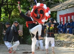 大太鼓が登場した「タカキ山」=7日、瀬戸内町諸鈍の大屯神社