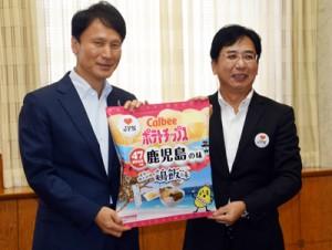 「鶏飯味」のポテトチップス発売を発表する石辺本部長(右)=10日、鹿児島市の県庁