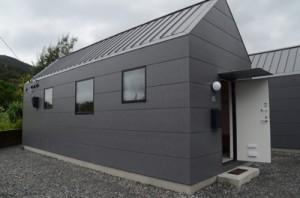 「マッチゲストハウス」として建設された規格住宅=20日、龍郷町龍郷