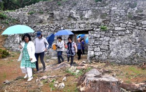 沖永良部島内の遺産を巡る知名町商工会女性部員ら(世之主の墓)=20日、和泊町