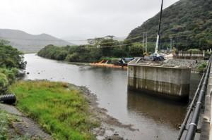 柳橋の架け替え工事が進む住用川の流域防災工事現場=17日、奄美市住用町
