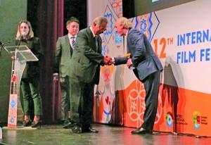 国際観光映像祭「ART&TUR」の授賞式に臨んだ山町長(右から2人目)=現地時間25日、ポルトガルのトレシュベドラシュ(提供写真)