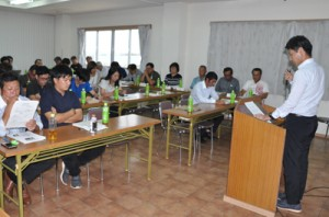 若手農家がプロジェクト報告や意見発表を行った青年農業者会議=30日、和泊町