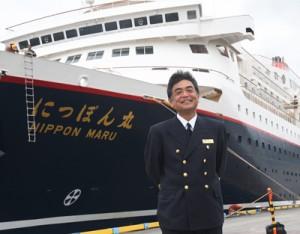 にっぽん丸で奄美大島に「帰港」した奄美市名瀬出身の仙田船長=27日、名瀬港観光船バース