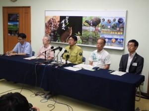 UCNの現地調査を終えて会見した東岡所長(中央)、植田課長(左から2人目)ら=12日、石垣市の国際サンゴ礁研究・モニタリングセンター