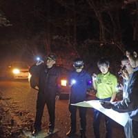 希少種の盗掘・盗採防止に向けた夜間の合同パトロール=15日、奄美大島(環境省提供)