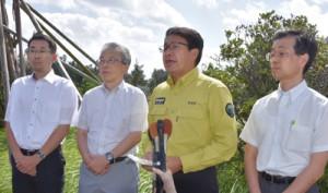 記者会見した環境省沖縄奄美自然環境事務所の東岡礼治所長(右から2人目)ら